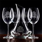 Copas de vino y decantador con escudo