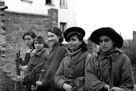 La exposición 100 años en femenino llega al conde duque de Madrid