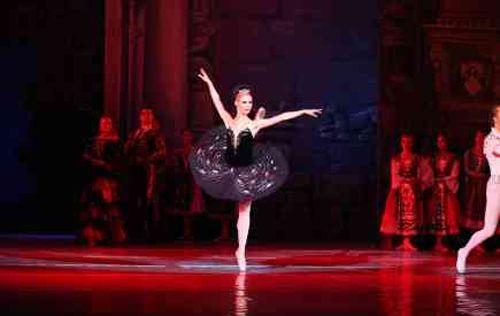 El ballet nacional de kiev lleva el lago de los cisnes a Sevilla