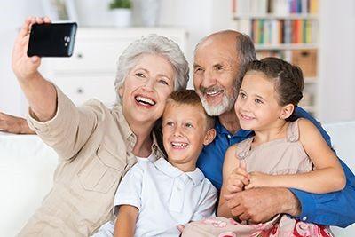 Abuelos con los nietos foto de archivo. Imagen de feliz - 9329292