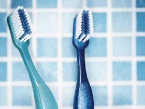 ¿Qué se debe hacer para mantener la dentadura y las encías en buen estado?