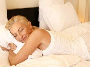 Cómo dormir mejor tras la menopausia