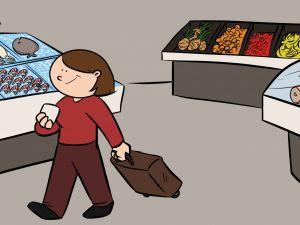 Mujer jubilada haciendo la compra en el supermercado