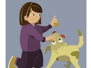Mujer jubilada jugando con su perro