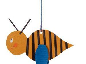 Una abeja de cartón