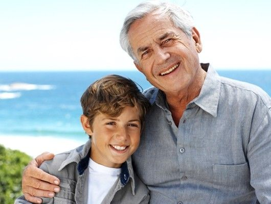 Abuelo y nieto en la playa