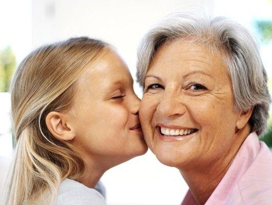 Nieta dando un beso a la abuela