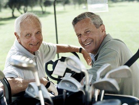 Amigos jugando al golf