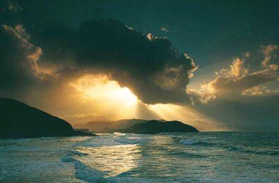 Rayos de sol en el mar