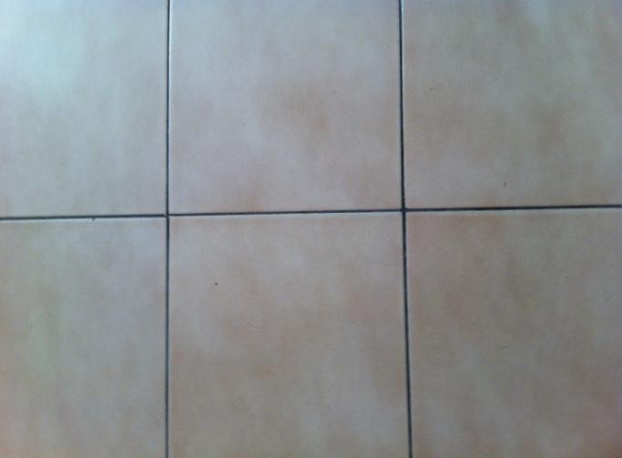 El truco de la abuela para limpiar las juntas de las - Trucos para limpiar azulejos ...
