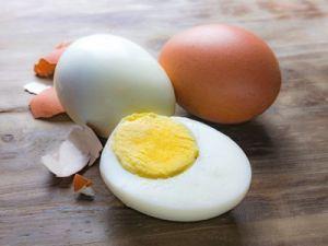 El truco de la abuela para pelar un huevo duro