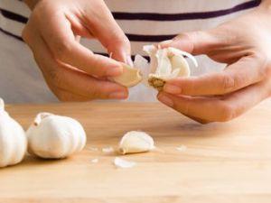 El truco de la abuela para pelar un ajo fácilmente
