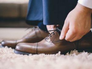 El truco de la abuela para limpiar los zapatos