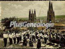 Baile tradicional de burgos con la catedral al fondo
