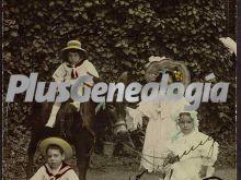 Niños de Madrid con vestimenta de la época