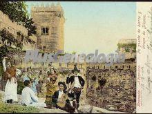La puerta de hierro y grupo de gitanos en la alhambra de granada
