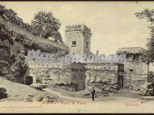 Puerta de hierro en la alhambra de granada