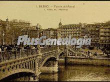 Puente del arenal con transeuntes de bilbao