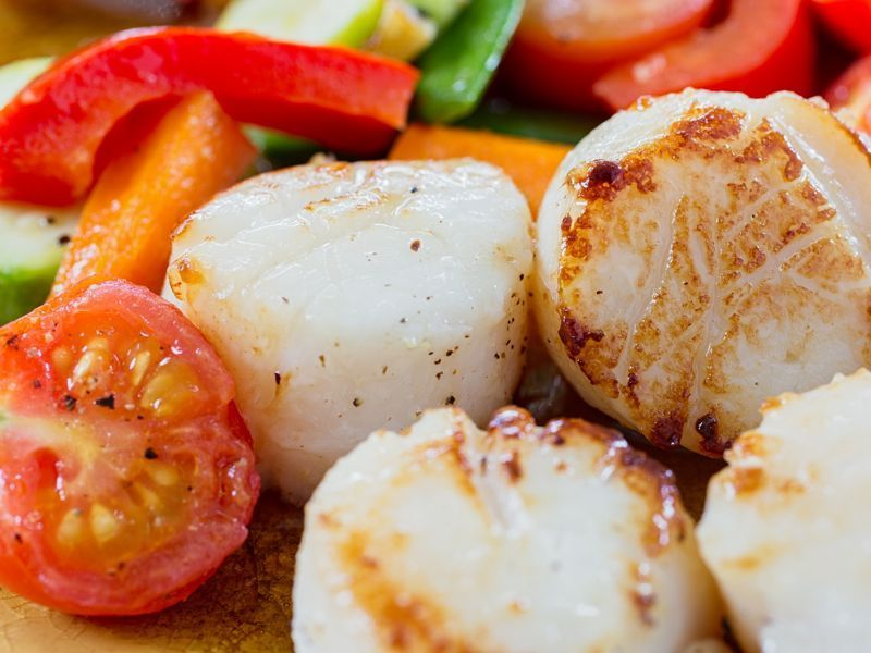 Vieiras al horno y tomate
