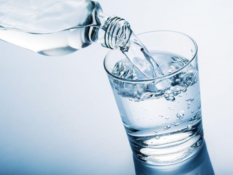 Bebe agua tibia