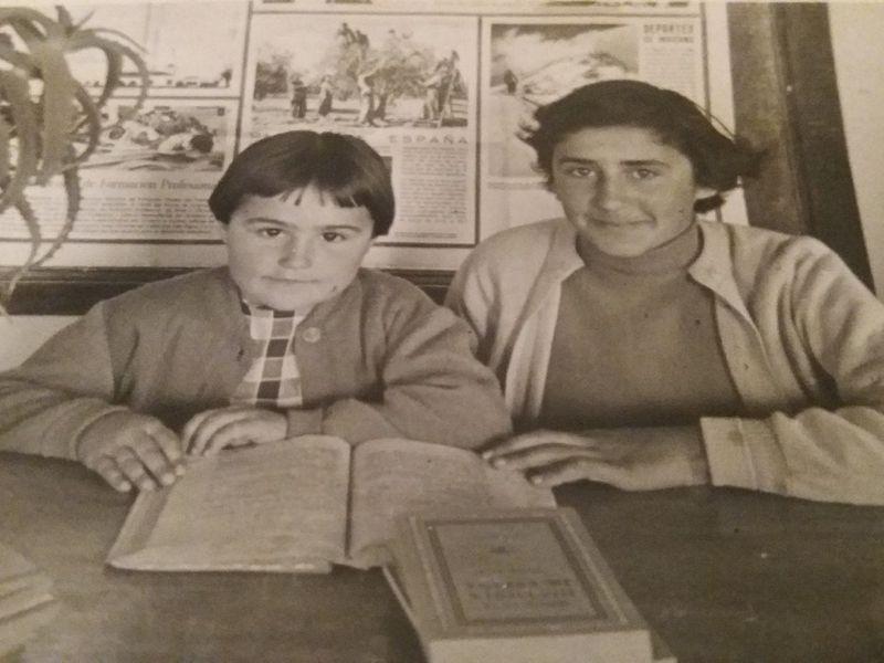 Marina Castrillón, junto a su hermana mayor