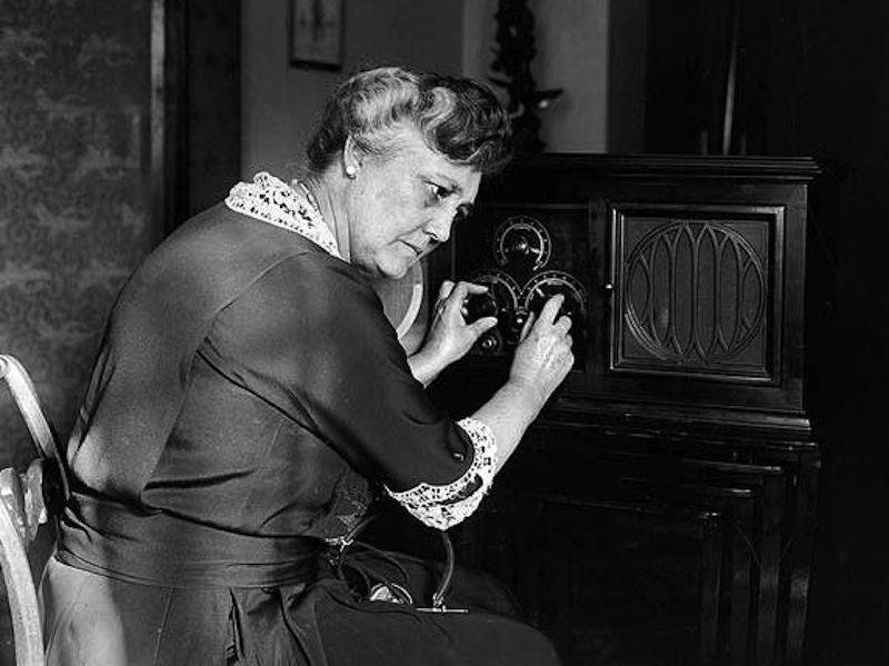 ¿En qué cadena se transmitía el serial radiofónico 'Ama Rosa'?