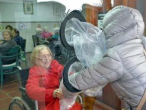 Abrazos sin peligro de contagio en una residencia de ancianos