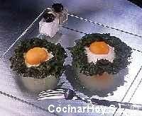 Huevos escalfados en nidos de espinacas