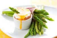 Espárragos con jamón y huevo