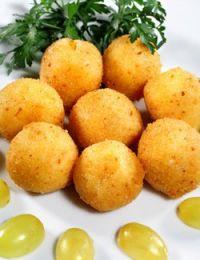 Croquetas de queso con uvas
