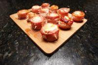 Rollitos de bacon con crema y langostinos
