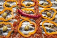 Boquerones con pimientos y tomate
