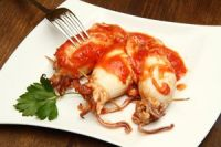 Calamares rellenos en salsa de tomate