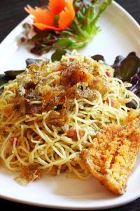 Espaguettis con pescado crujiente