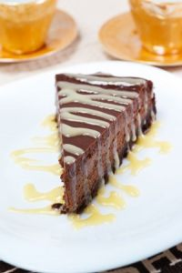 Tarta de queso y chocolate con salsa de chocolate blanco