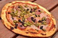 Pizza de bacon con aceitunas