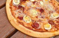 Pizza de cebolla con huevo y pepperoni