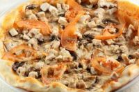 Pizza de champiñones pollo y tomate