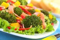 Ensalada templada con brócoli y mango