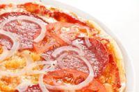 Pizza de salami y cebolla