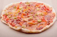 Pizzas de salchichas con aceitunas