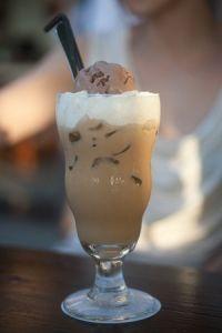 Café helado con nata y chocolate