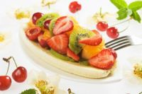 Banana split con fresas, kiwi y naranja