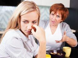 La difícil convivencia entre suegras y nueras