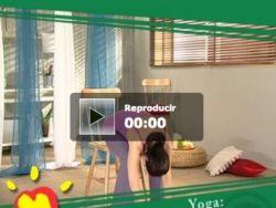 Practicar ejercicios de yoga en silla