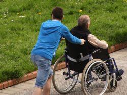 ¿Es acertado relacionar 'mayores' con 'personas dependientes'?