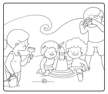 Colorea a unos niños haciendo un castillo de arena en la playa con sus abuelos