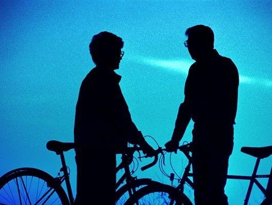 Pareja en bici a contraluz