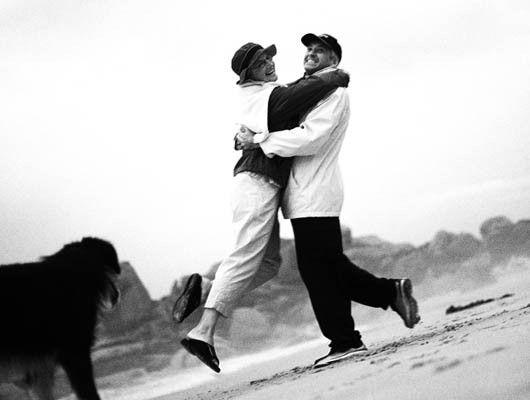 Pareja en la playa en blanco y negro