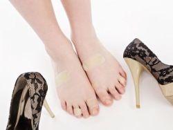 Cómo evitar y curar rozaduras de los zapatos en los pies